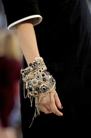 le d fil chanel haute couture automne hiver 2010 le mag de mate mon sac. Black Bedroom Furniture Sets. Home Design Ideas