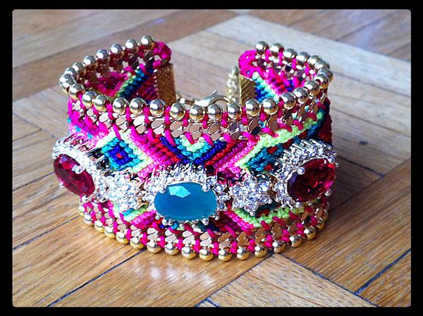 bracelets bresiliens fluo à trois cabochons