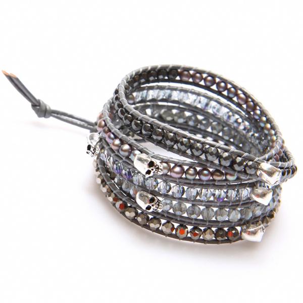 bracelet wrap perles grises et argentés et tête de mort