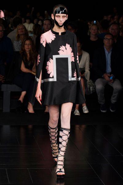 defile-alexander-mcqueen-printemps-ete-2015-robe-japonaise_5119512