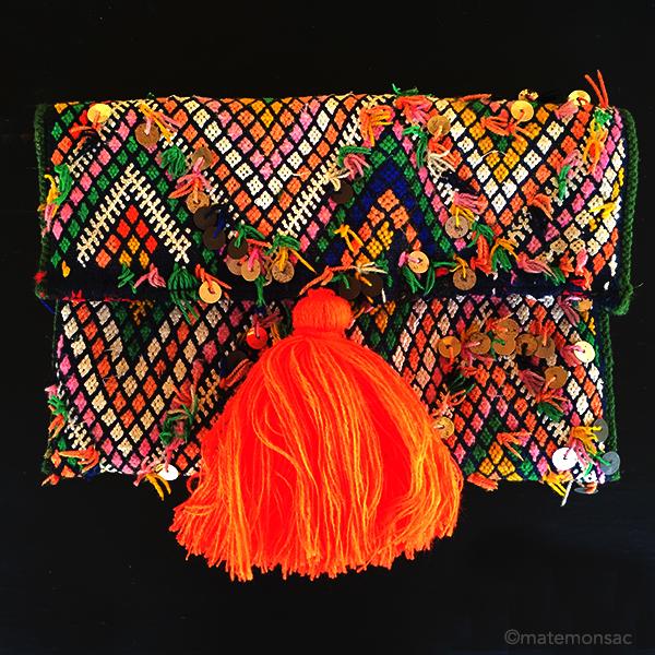pochette-kilim-pompon-orange-fluo-matemonsac-149-euros