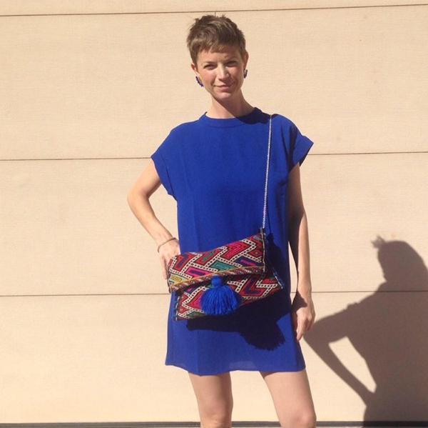 pochette-kilim-bleu-electrique-portee