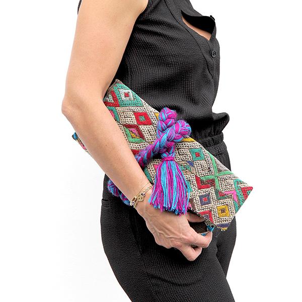 pochette-kilim-tresse-violet-portee