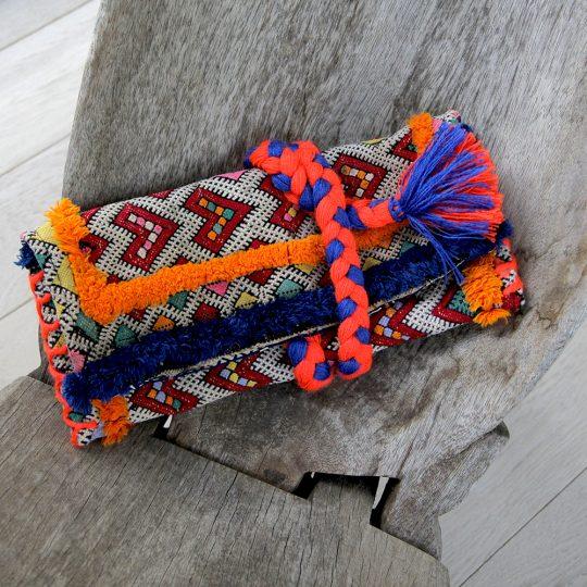 pochette-kilim-unique-tresse-orange-bleu-mate-mon-sac-posee